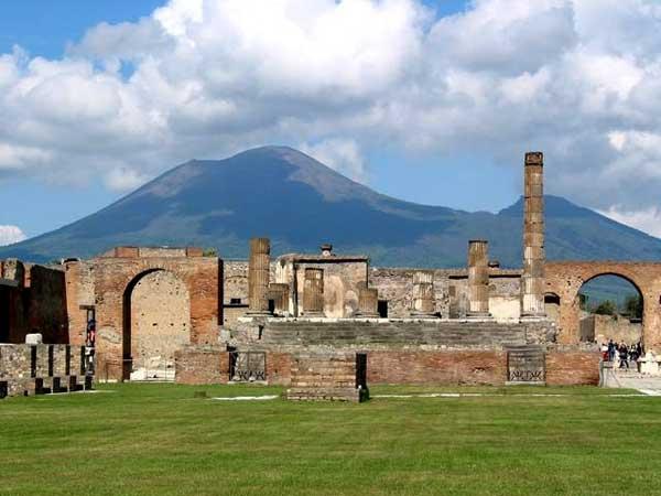 http://www.vulkanisme.nl/images/mount-vesuvius/ruines-pompeii-met-mount-vesuvius-op-de-achtergrond.jpg