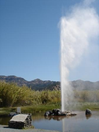 'Little Old Faithful Geyser' in California (VS) is een voorbeeld van een artificiële geiser